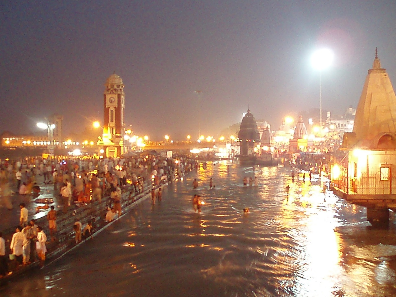 Les ghats d'Haridwar, by night